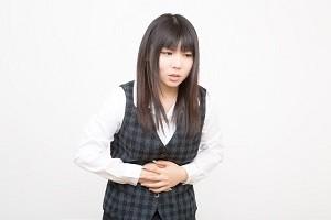 生理痛でお腹を押さえる女性