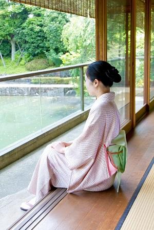 窓際に座る女性