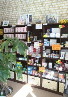 巡心堂漢方薬局(大阪府八尾市)の店内の薬品棚写真です。