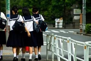 登校する子供達