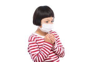 風邪でマスクをする子供